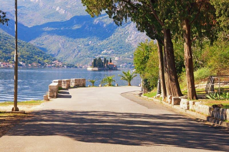 Viagem por estrada através dos Balcãs montenegro Vista da baía de Kotor e da ilha de St George imagens de stock royalty free