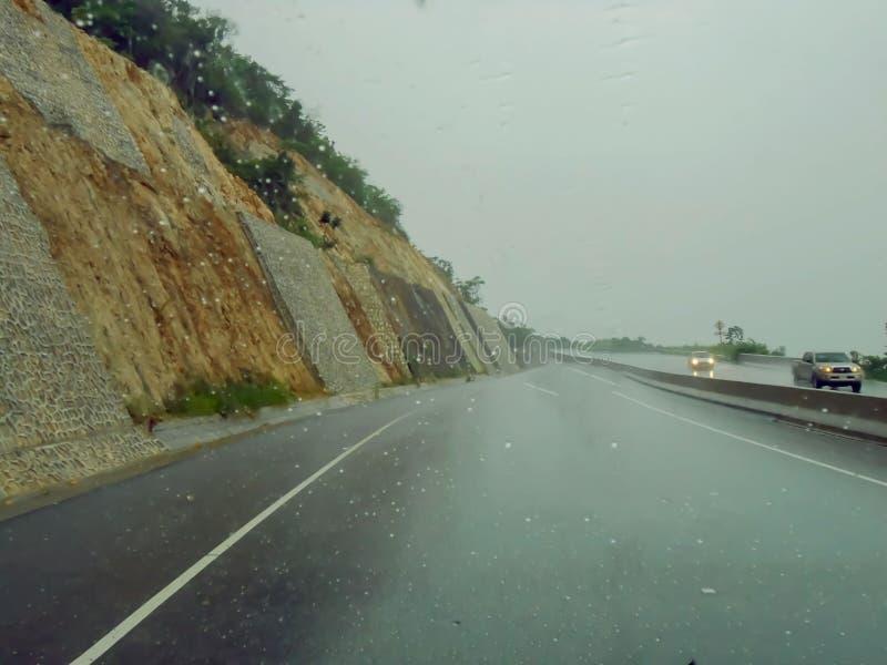 Viagem por estrada da estrada do dia chuvoso imagem de stock
