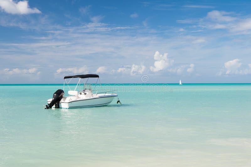 Viagem tropical do barco Beira-mar tropical das férias da cena idílico Água azul de oceano do navio de navigação do motor Entrete foto de stock