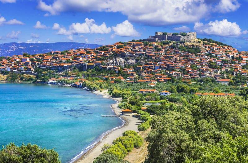 Viagens à ilha de Lesbos - Vista do belo município de Molyvos Molivos Melhor da Grécia foto de stock royalty free
