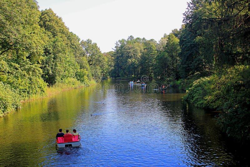 Viaggi in barca sul fiume nel parco immagine stock