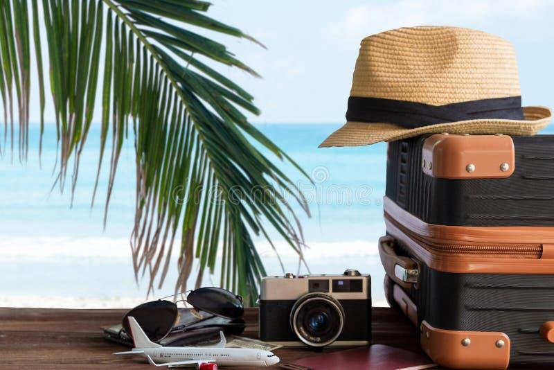 Viaggi e piani estivi con valigie d'epoca e vecchia macchina fotografica sulla spiaggia di sabbia Viaggi in viaggi in vacanza, ae fotografia stock