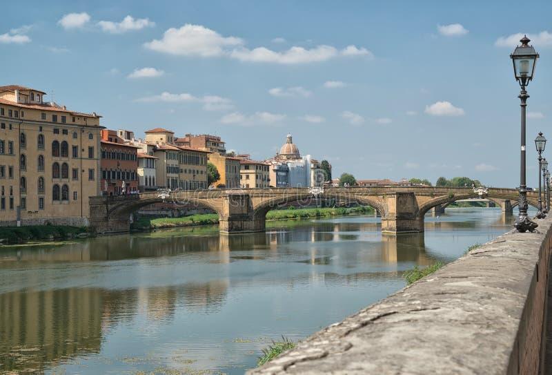 Viaggi in Italia - Arno River con il ponte di Carraia di alla di Ponte nella città di Firenze fotografia stock libera da diritti