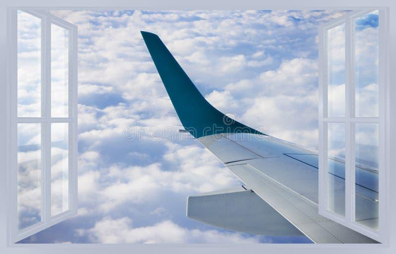 Viaggiando in aereo - immagine di concetto con una finestra aperta su un Cl fotografie stock libere da diritti