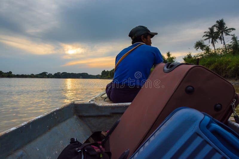 Viaggiando in barca in fiume vicino a Rangoon - il Myanmar fotografia stock libera da diritti