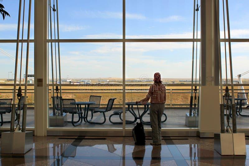 Viaggiatore al terminale di aeroporto fotografie stock libere da diritti