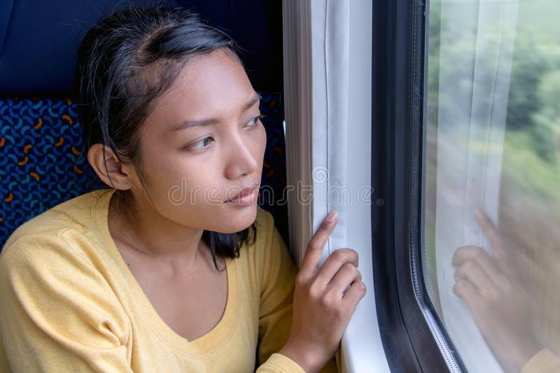 Viaggiatore asiatico della donna che si siede in treno immagine stock