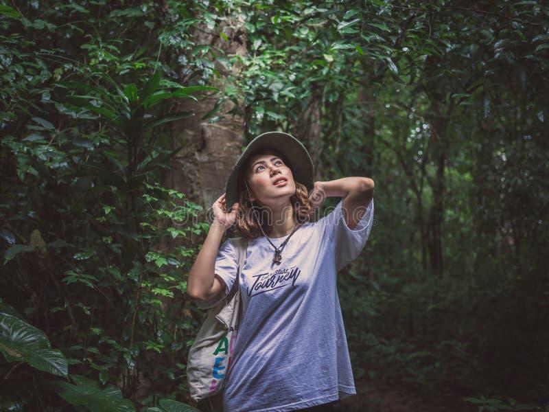 Viaggiatore asiatico della donna di bellezza in foresta verde fotografia stock libera da diritti