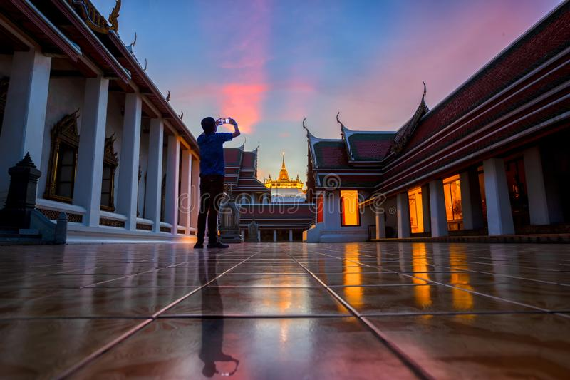 Viaggiatore asiatico, uomo turistico tenenti uno Smart Phone e prendere pictu fotografie stock