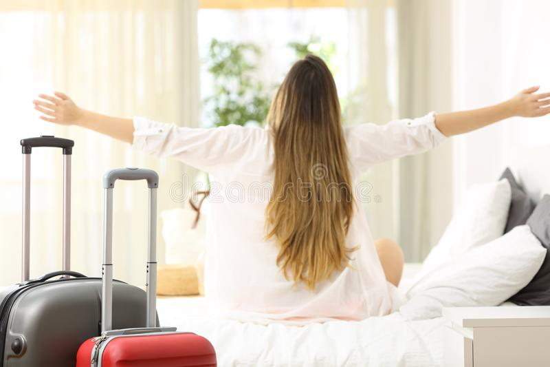 Viaggiatore che celebra le vacanze in una camera di albergo fotografia stock libera da diritti
