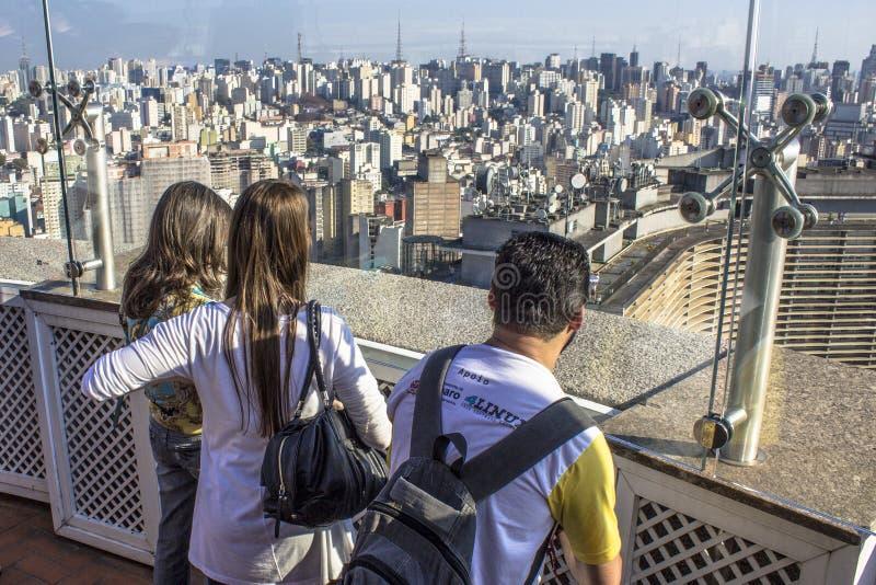 Viaggiatore che considera una grande città fotografie stock libere da diritti