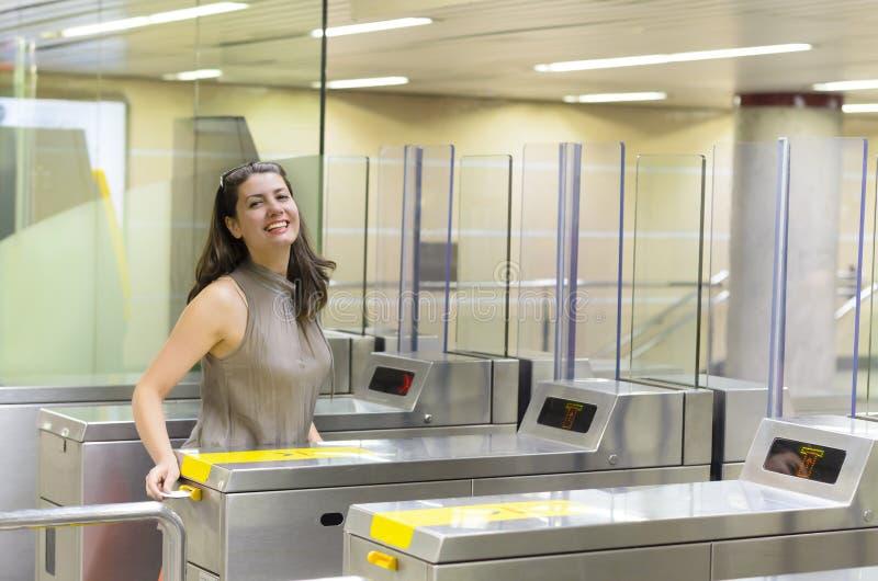 Viaggiatore che entra alla metropolitana immagini stock libere da diritti