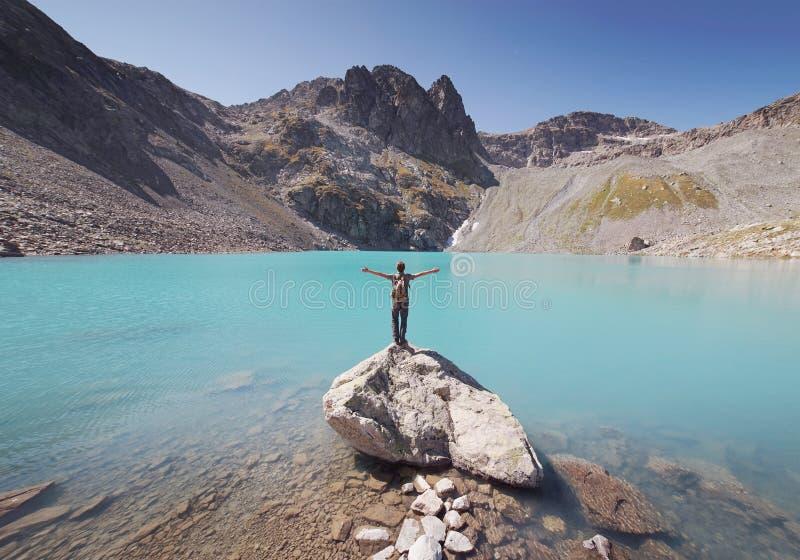 Viaggiatore che fissa nel lago fotografia stock
