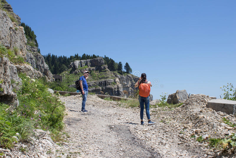 Viaggiatore che guarda la natura dall'alta montagna con portata di macchia, treppiede del binocolo immagine stock libera da diritti