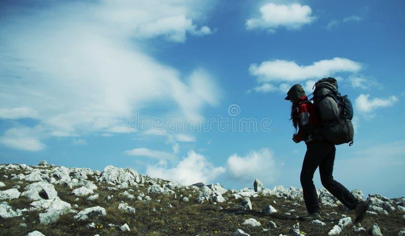 Viaggiatore con zaino e sacco a pelo fotografia stock libera da diritti