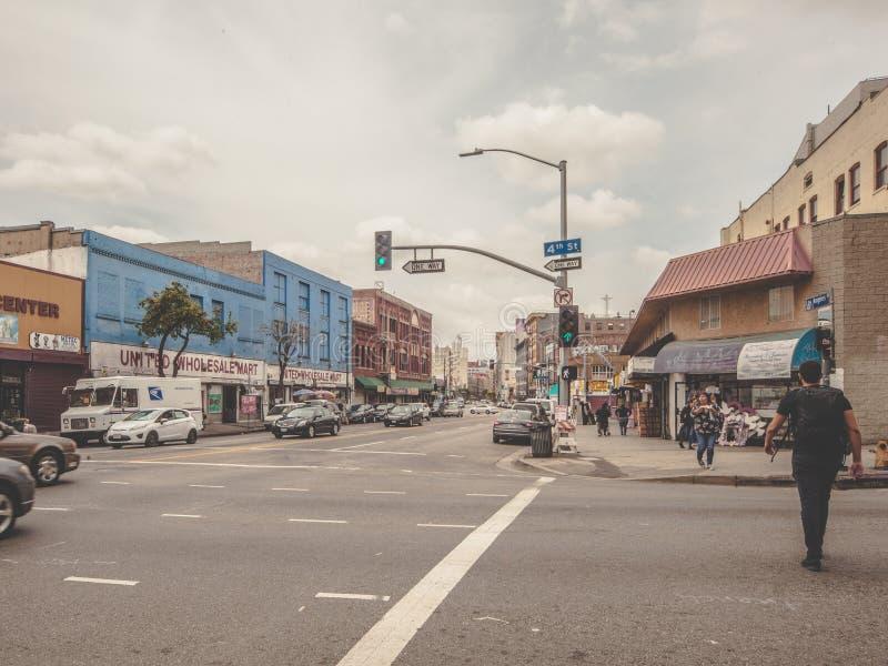 Viaggiatore con zaino e sacco a pelo che cammina a Los Angeles del centro fotografia stock