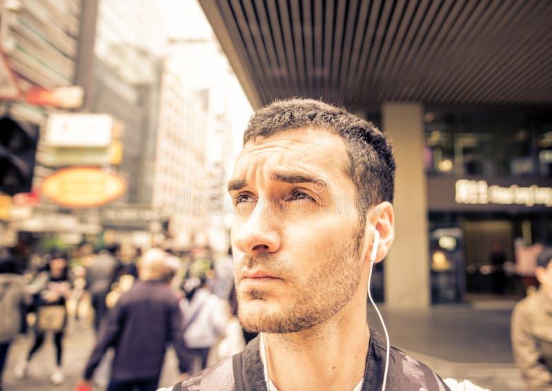 Viaggiatore con zaino e sacco a pelo che esplora la città immagini stock