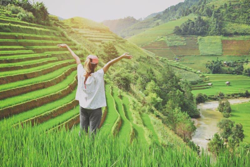 viaggiatore con zaino e sacco a pelo con i terrazzi del riso della valle di una montagna al sapa fotografia stock