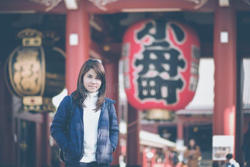 Viaggiatore con zaino e sacco a pelo di viaggio della giovane donna, condizione asiatica del viaggiatore a Sensoji o tempio di As immagini stock libere da diritti