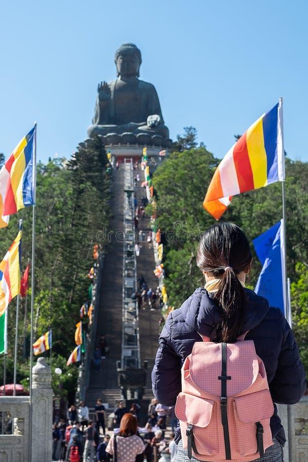 Viaggiatore con zaino e sacco a pelo di viaggio della giovane donna, visita asiatica del viaggiatore Tian Tan o grande Buddha sit fotografie stock