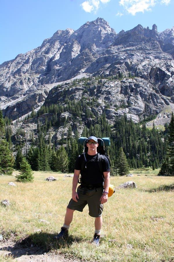 Viaggiatore con zaino e sacco a pelo - Montana fotografia stock libera da diritti