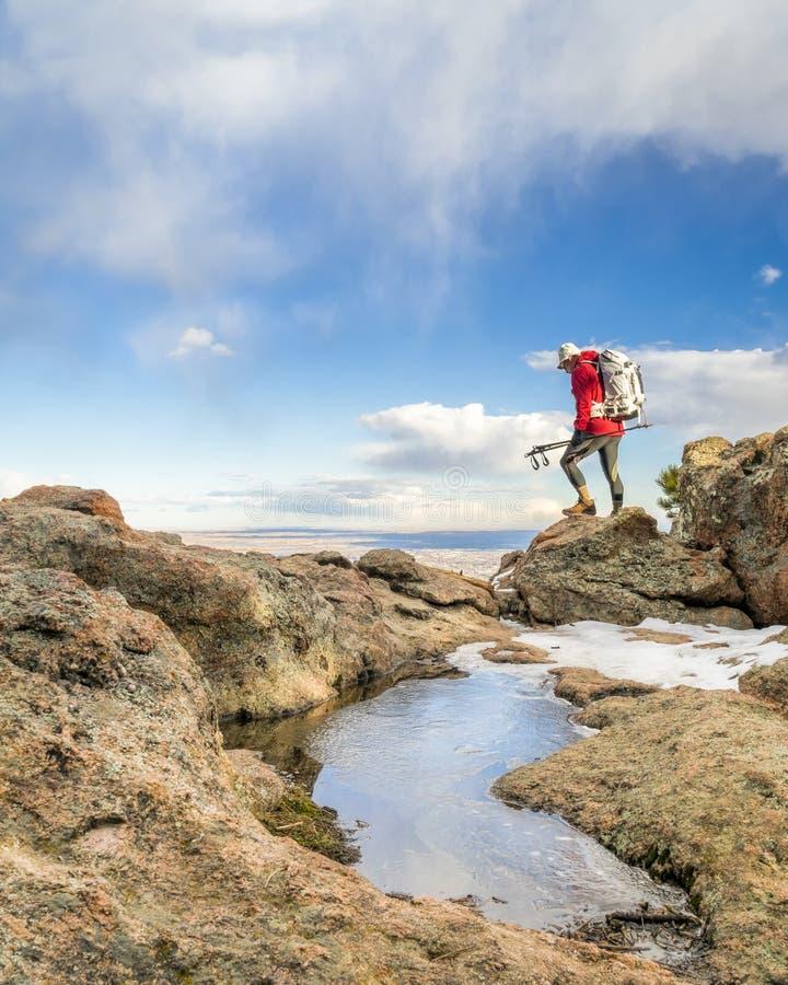 Viaggiatore con zaino e sacco a pelo su una cresta della montagna in Colorado fotografia stock libera da diritti