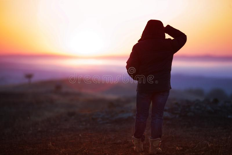 Viaggiatore dell'uomo al sole di alba fotografie stock libere da diritti