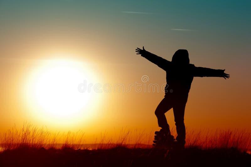 Viaggiatore dell'uomo al sole di alba fotografie stock