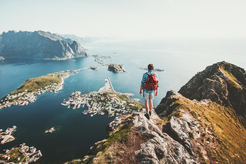 Viaggiatore dell'uomo che fa un'escursione sulla cresta della montagna di Reinebringen fotografie stock libere da diritti