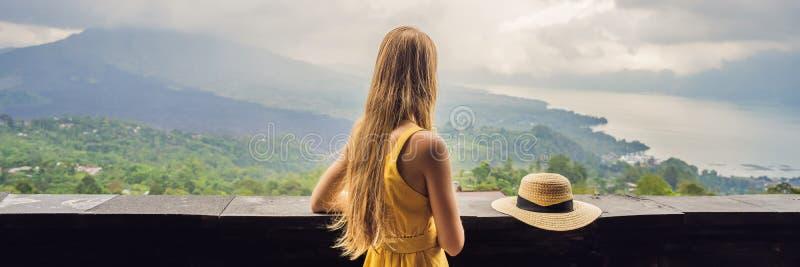 Viaggiatore della donna che esamina il vulcano di Batur INSEGNA dell'Indonesia, FORMATO LUNGO fotografie stock libere da diritti