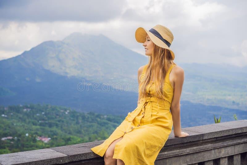 Viaggiatore della donna che esamina il vulcano di Batur l'indonesia fotografia stock