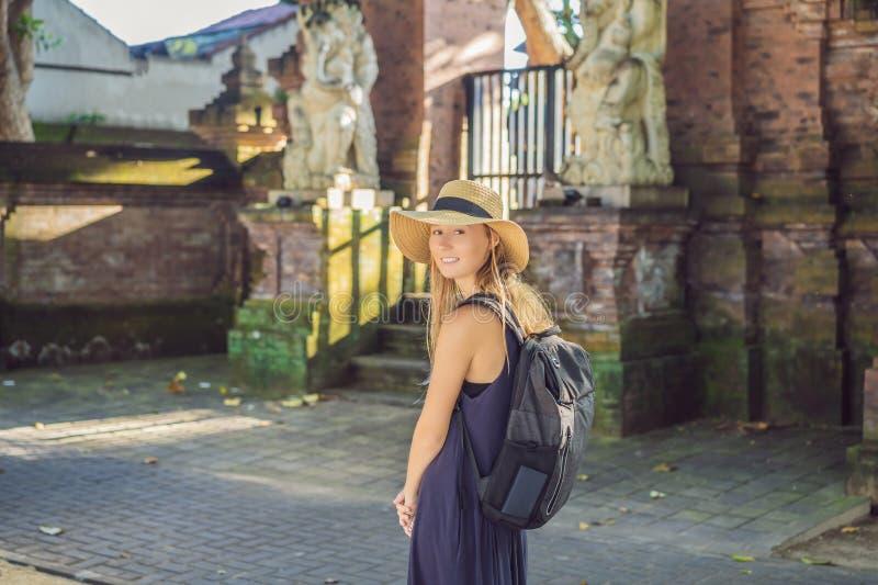 Viaggiatore della donna che scopre Sanur, Bali Indonesia Viaggiando con il concetto dei bambini immagine stock