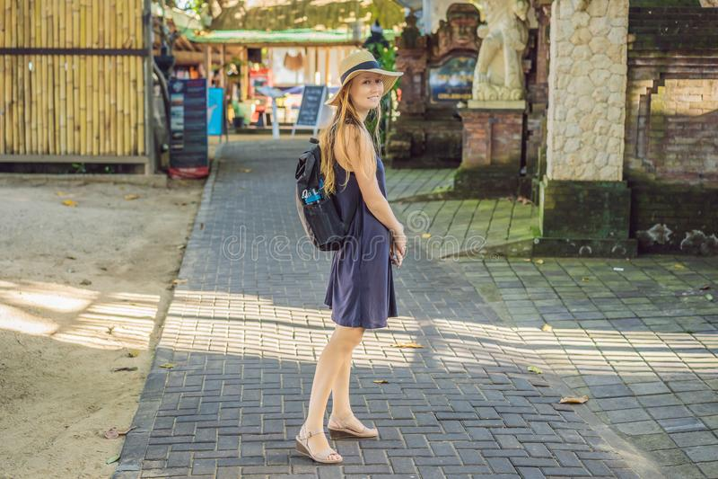Viaggiatore della donna che scopre Sanur, Bali Indonesia Viaggiando con il concetto dei bambini fotografia stock
