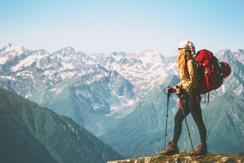 Viaggiatore della donna che sta sulla scogliera della montagna immagini stock libere da diritti