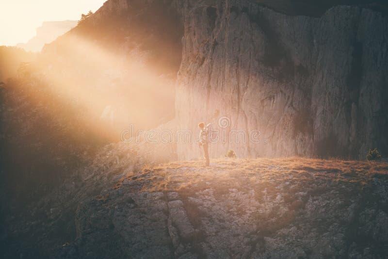 Viaggiatore della donna con l'escursione dello zaino fotografie stock libere da diritti