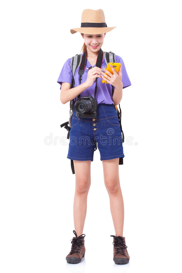 Viaggiatore della donna con lo zaino e lo smartphone usando nella ricerca delle posizioni immagini stock libere da diritti