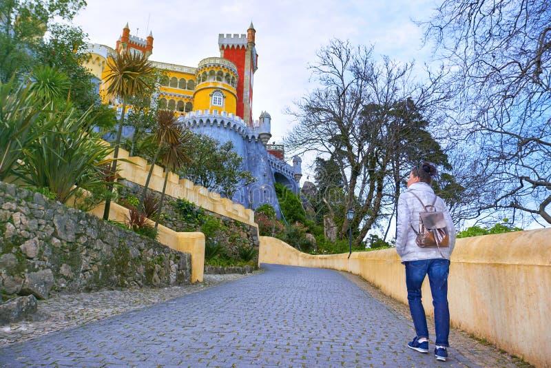 Viaggiatore della donna in palazzo famoso di Pena, Sintra, Lisbona fotografie stock libere da diritti