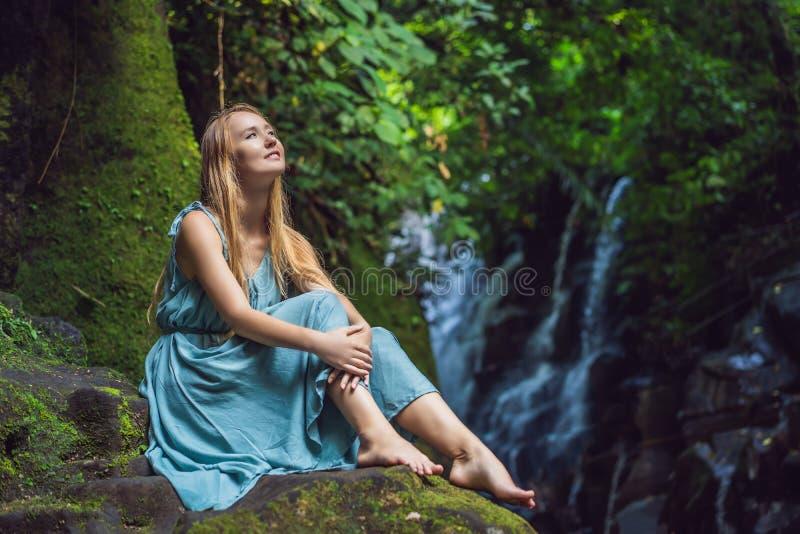 Viaggiatore della donna su un fondo della cascata Concetto di ecoturismo fotografie stock libere da diritti