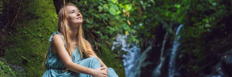 Viaggiatore della donna su un fondo della cascata INSEGNA di concetto di ecoturismo, FORMATO LUNGO fotografia stock