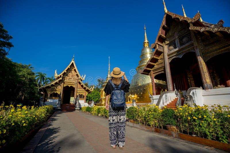 Viaggiatore della giovane donna che viaggia al tempio di Wat Phra Singh Questo te fotografia stock libera da diritti