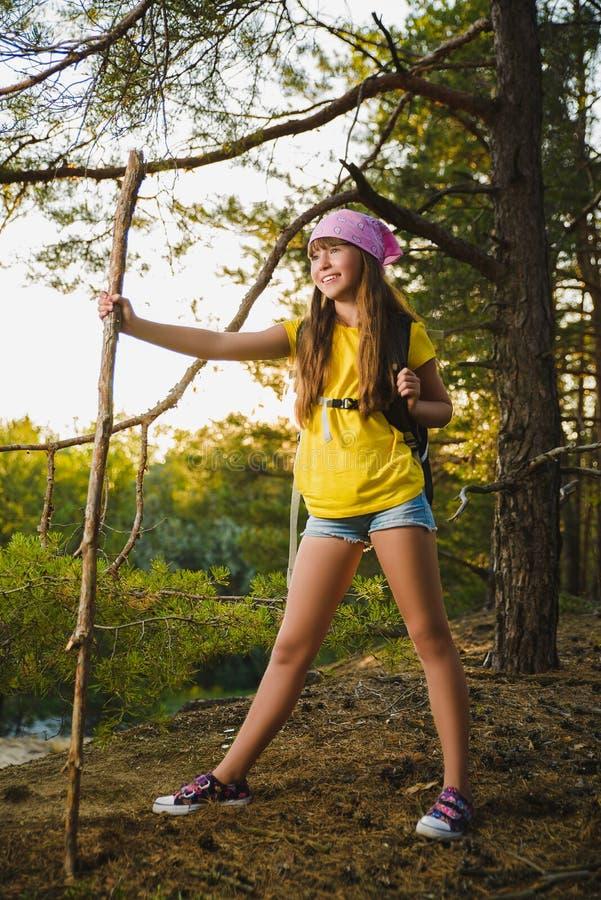 Viaggiatore della ragazza con lo zaino nell'avventura della foresta della collina, viaggio, concetto di turismo immagini stock libere da diritti