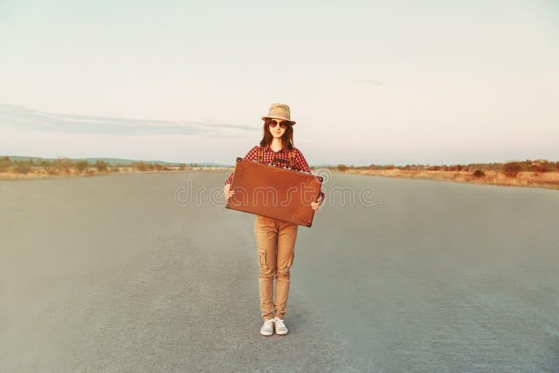 Viaggiatore della ragazza dei pantaloni a vita bassa immagini stock