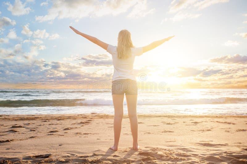 Viaggiatore della ragazza in un'alba del sole di mattina su un resert tropicale della spiaggia La bella donna gode delle sue vaca immagini stock