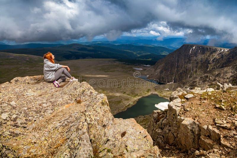 Viaggiatore ed escursione della donna fotografia stock libera da diritti