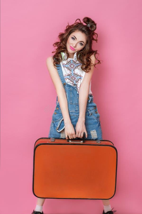 Viaggiatore felice della donna di bellezza che tiene una valigia d'annata sulla strada Concetti di viaggio di stile di vita della immagine stock
