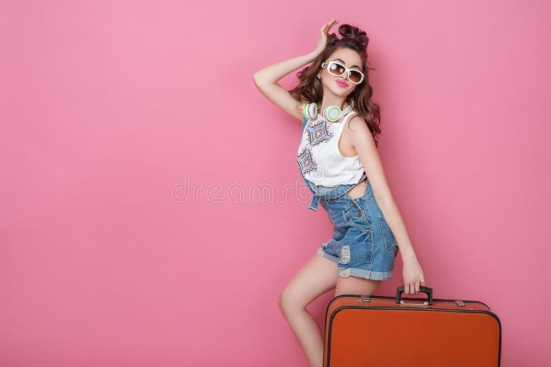 Viaggiatore felice della donna di bellezza che tiene una valigia d'annata sulla strada Concetti di viaggio di stile di vita della immagini stock libere da diritti