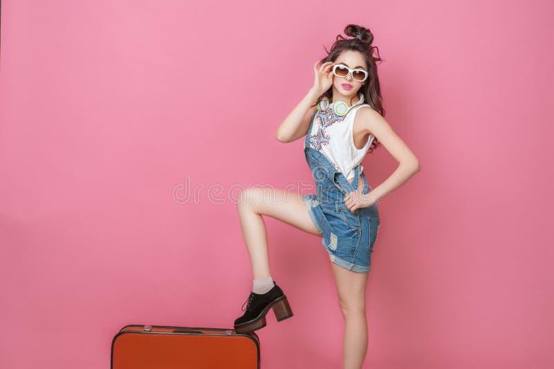 Viaggiatore felice della donna di bellezza che tiene una valigia d'annata sulla strada Concetti di viaggio di stile di vita della fotografia stock libera da diritti