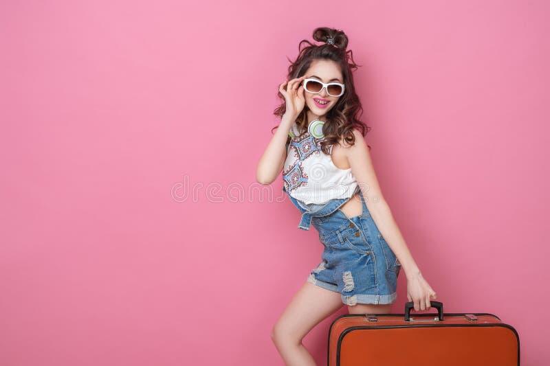 Viaggiatore felice della donna di bellezza che tiene una valigia d'annata sulla strada Concetti di viaggio di stile di vita della immagini stock