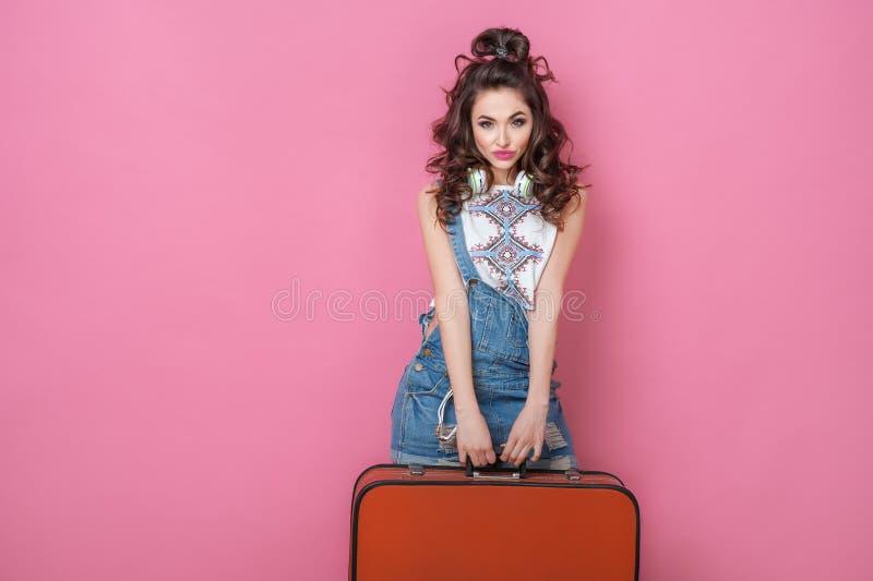 Viaggiatore felice della donna di bellezza che tiene una valigia d'annata sulla strada Concetti di viaggio di stile di vita della fotografia stock