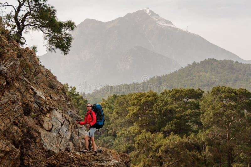 Viaggiatore femminile che fa un'escursione sulle colline in Turchia fotografie stock